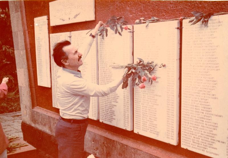 В. Г. Захарченко в ст. Дядьковской у памятной доски с именем отца. 1990 г.