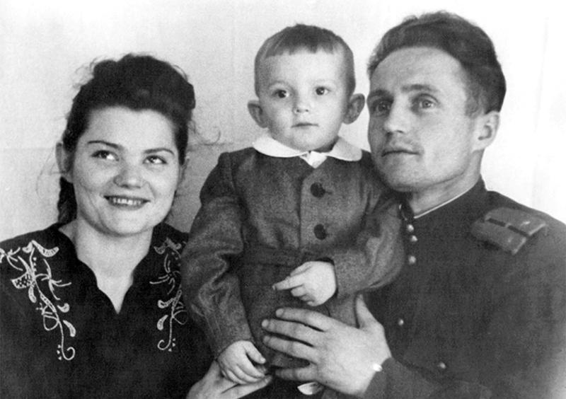 Слава Динека с родителями– Александром Степановичем и МариейСавельевной