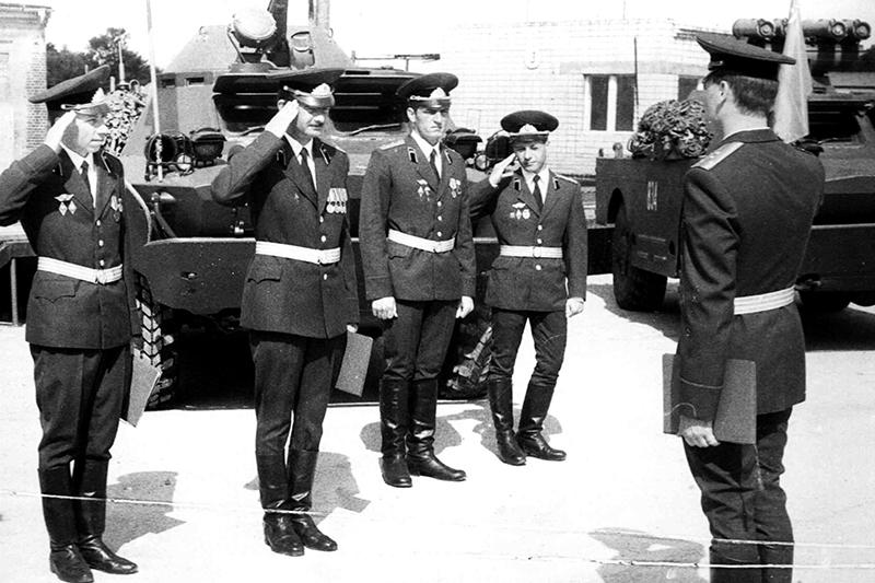 В. А. Динека (второй слева) на смотре после учений во время службы в Германии